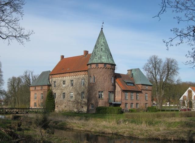 Örtofta slott (2010) Skåne (via Jorchr på svenska Wikipedia)