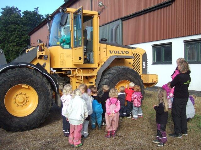 Eslövs Montessori beundrar lastmaskinen på Slättäng