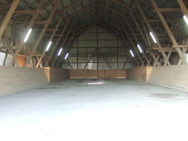 Röda ladan. Insida med gjutet golv och takbelysning
